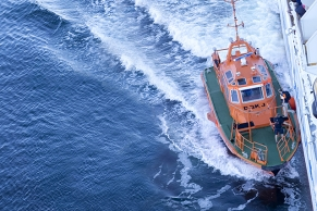 Seelotse geht von Bord