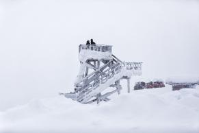 Verschneiter Aussichtsturm