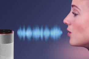 Frau spricht zum Sprachassistent
