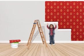 Kindholft beim tapezieren