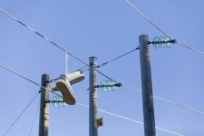 Turnschuhe auf einer Stromleitung