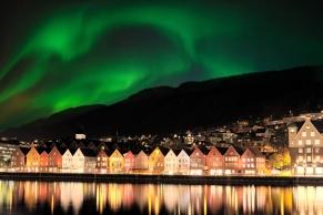 Bergen mit Nordlicht