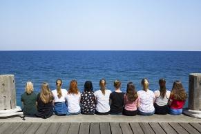 Mädchengruppe blickt auf das Meer