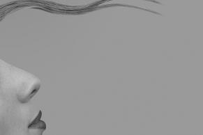 Seitenansicht einer Frau mit Haarsträhne