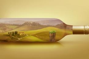 Weissweinflasche mit Toscanische Weinanbaugebiet