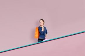 Frau auf einer Rolltreppe