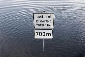 Hochwasser mit Verkehrsschilder